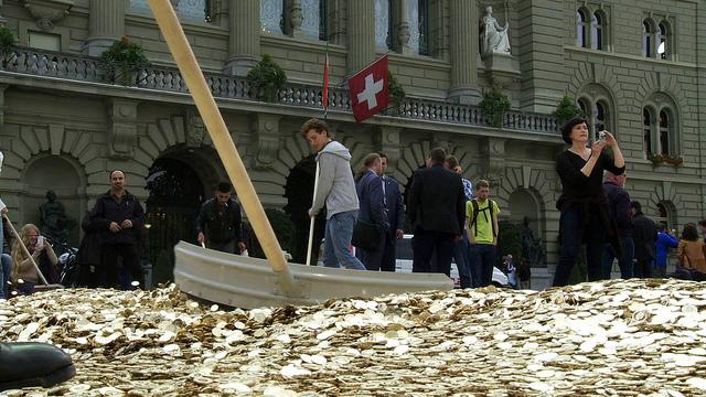 Etalement de pièces lors de la remise des signatures en Suisse